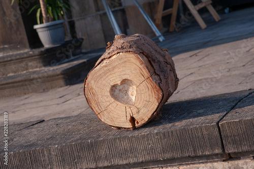 Holzstamm Mit Eingravierten Geschnitzten Großen Herz Deko Stock