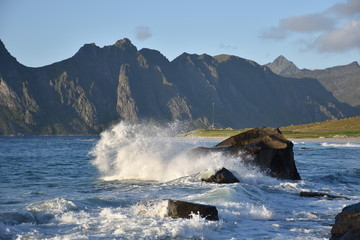 Norwegen, Lofoten, Leknes, Uttakleiv, Küste, Felsküste, Brandung, Fontäne, Gischt, Abend, Dämmerung, Nacht, Abenddämmerung, Weg, Strand, Sandstrand, Insel,
