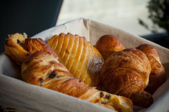 Panier de viennoiseries petit-déjeuner