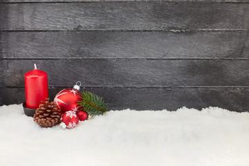 Erster Advent mit Kerze vor Holz auf Schnee