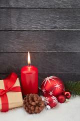 Brennende Kerze zum ersten Advent an Weihnachten