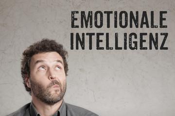 Emotionale Intelligenz mit fragendem Blick eines Mann Porträts