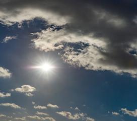 Strahlende Sonne am Himmel mit Wolken