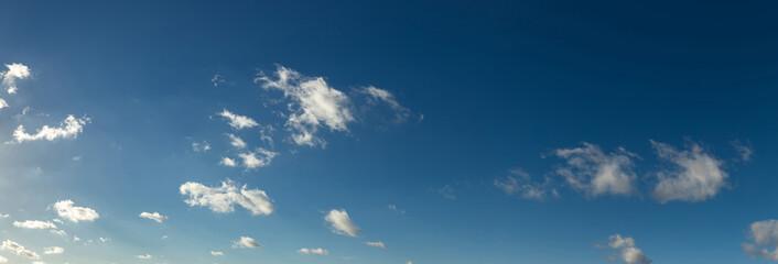 Wolken Panorama Hintergrund am blauen Himmel