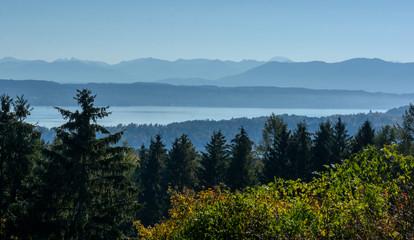 Blick auf Bergen bei Föhn im Herbst