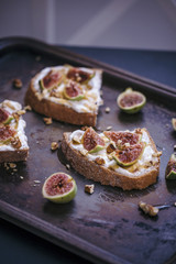 Toasts with ricotta cheese, fresh figs, honey and walnuts