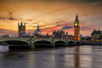 Fotomurales - Blick auf die Westminster Brücke und den Big Ben Turm an der Themse in London bei Sonnenuntergang