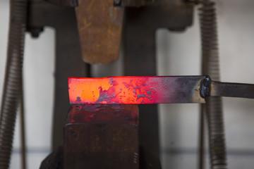 Façonnage de la lame en fusion d'un couteau d'art