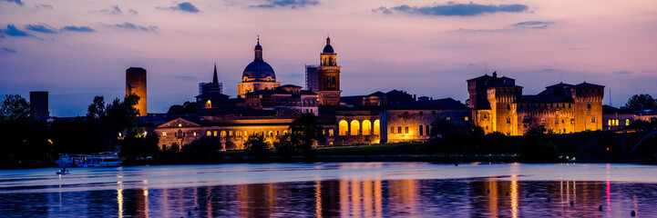 Fotomurales - Mantua city skyline panorama at sunset