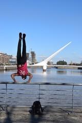 Handstand auf einem Geländer im Hafen von Buenos Aires