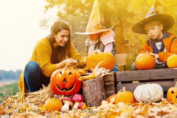 Familie zusammen zu Halloween