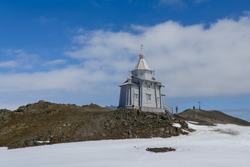 Foto auf AluDibond Antarktis Wooden church in Antarctica on Bellingshausen Russian Antarctic research station and helicopter