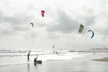 des kitesurf sous un ciel nuageux et gris