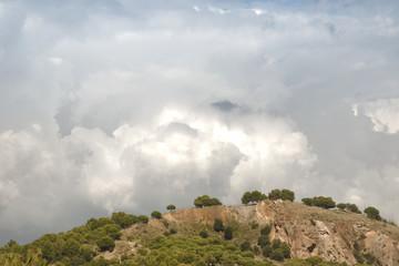 Nubes sobre una colina