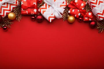 Weihnachten Geschenke Hintergrund rot mit Weihnachtskugeln und Tannenzweigen Wall mural