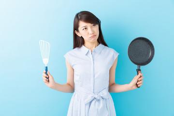 料理をする女性 考える