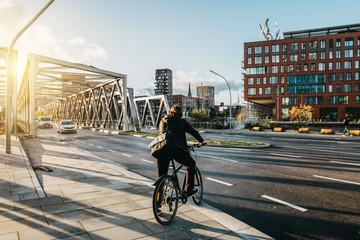 Fahrradfahrer in Hamburg HafenCity