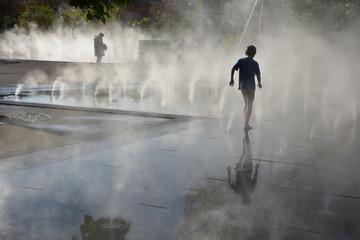 Spoed Fotobehang Fontaine Ombre et lumière à la fontaine à brume
