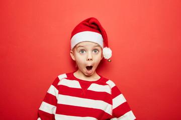 Überraschtes Kind beim Staunen zu Weihnachten