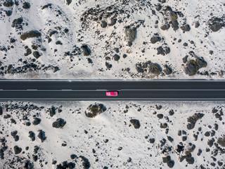 Vista aerea di una macchina rossa su una strada che attraversa il deserto, sabbia e dune, Lanzarote, Isole Canarie, Spagna, Africa