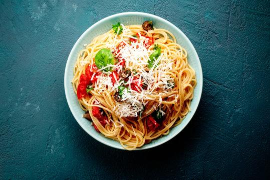 teller mit spagetti und tomaten