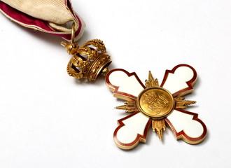 Alter antiker Orden mit Krone am Band