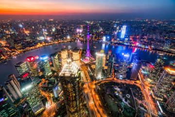Fotomurales - Shanghai Luftaufnahme bei Nacht mit Oriental Pearl Tower, Pudong, Volksrepublik China
