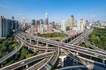 Straßenverkehr auf einer Kreuzung in Shanghai, Volksrepublik China
