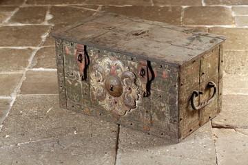 Alte Schatzkiste aus dem Barock zum Transport von Wertgegenständen