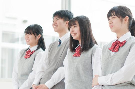 教室で微笑む学生
