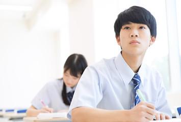 授業を受ける男子高校生