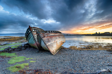 Fototapete - Stormy Sunrise at Salen on the Isle of Mull