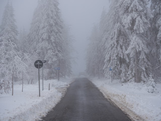 Gefährliche Straße im Winter