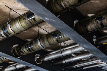Stahlträger mit Rohrleitungen