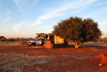Campeggio con fuoristrada con tenda sul tetto del deserto del Kalahari in Namibia, Africa