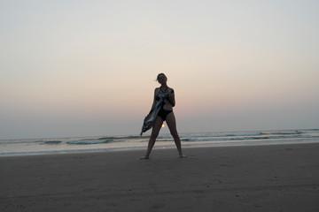 Девушка на берегу океана в счастливом спокойствии