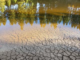 Niedriger Wasserstand in einem See aufgrund anhaltender Trockenheit
