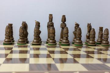 Schach Figuren aus Holz vor Weißen Hintergrund