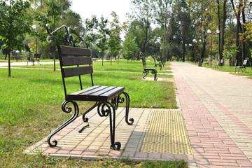 красивая скамейка в городском парке