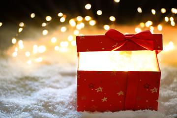Leuchtendes Geschenk im Schnee
