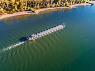 Tanker auf dem Rhein von Oben