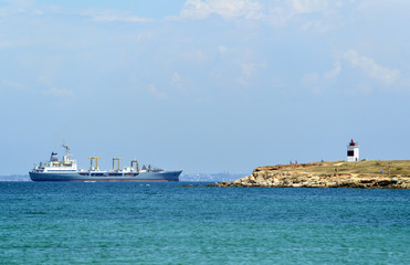 Большой морской танкер следует в порт Севастополя