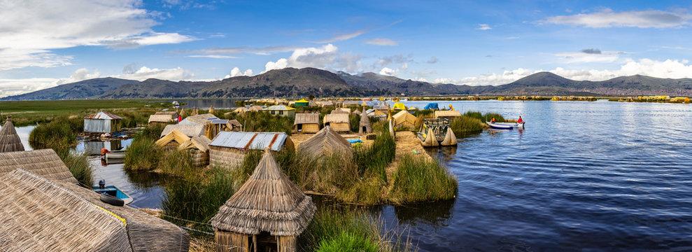 Über den Titicacasee zwischen den schwimmenden Dörfern der Uros in Peru