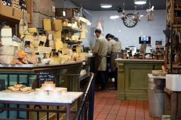 Käsegeschäft mit Käseauslage Laden sieht antik aus