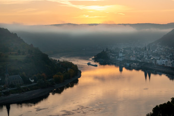 Sunrise at the Rhine village by Boppard Germany, Picturesque bend of the river Rhine near the town Boppard Filsen , Wine area middle Rhine Valley, Germany. Rhine Valley is UNESCO World Heritage Site Fototapete