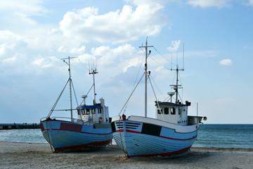 zwei alte schiffe am strand in dänemark
