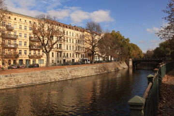 Goldener Oktober in Berlin; Landwehrkanal und Admiralbrücke in Kreuzberg