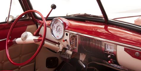 Taxi y carro clásico americano en las calles de La Habana Cuba