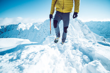 Poster Glisse hiver A climber ascending a mountain in winter