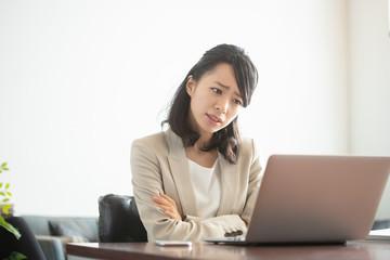 ビジネス・悩む女性